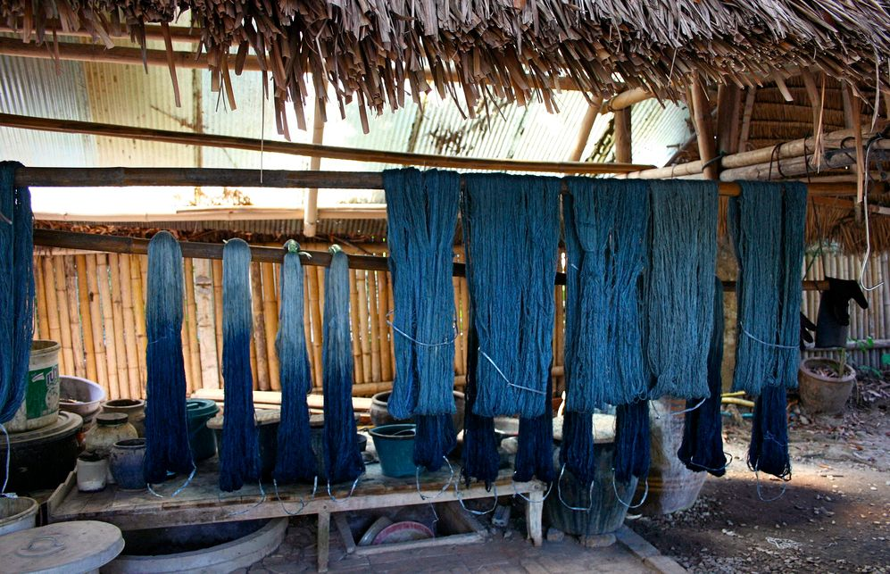 藍染された糸。洗って織るそうです。Indigo-dyed yarn.