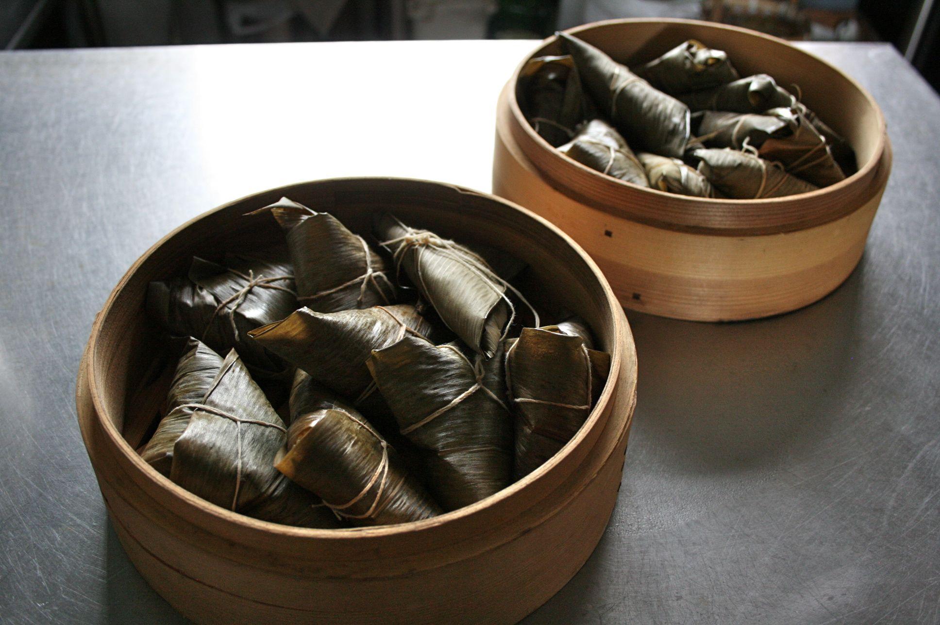 粽を蒸篭にいれて蒸す