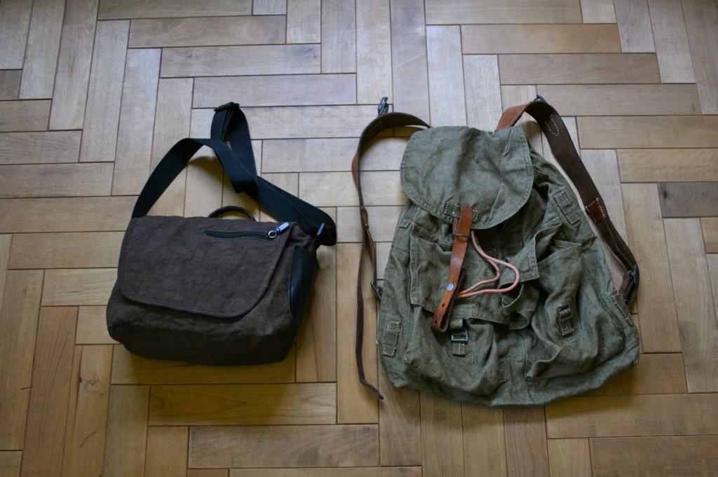 左が柿渋カメラバッグ。右がチェコのリネンバッグ。