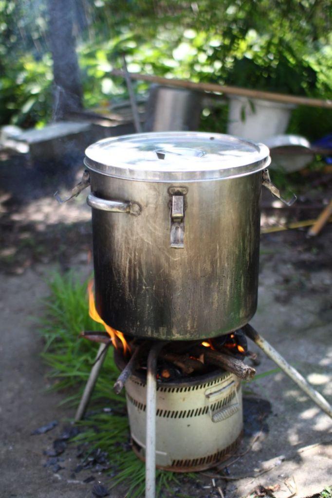井戸水を沸かす。煙に巻かれてしっぽがでそうです。
