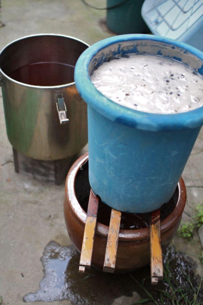 灰に沸かした井戸水をかけて、灰汁をとります。コーヒーフィルターと同じ要領ですね。