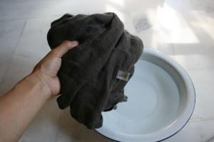 洗濯物を裏返します
