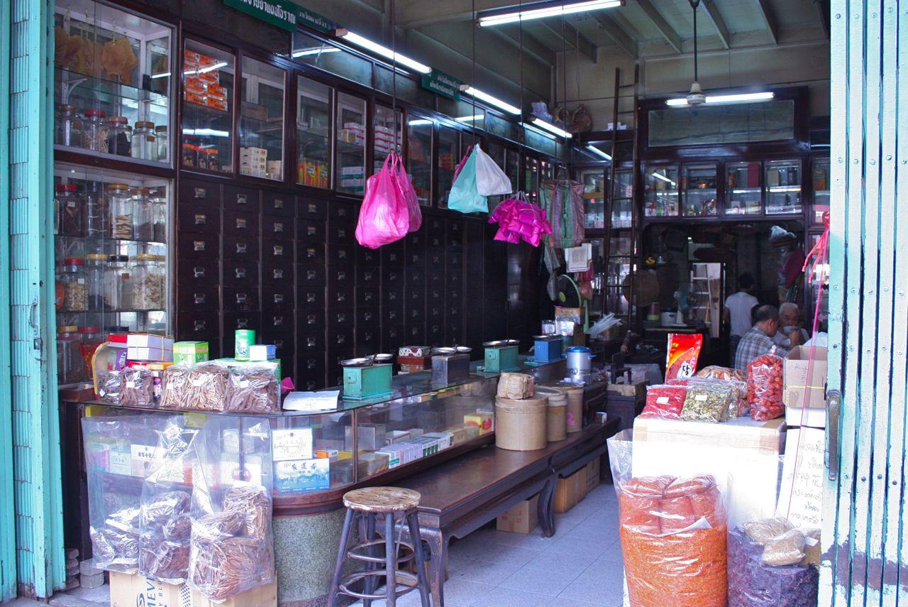 いくつもある漢方薬局のひとつ。Chinese medicinal herb store, Chinatown, Bangkok