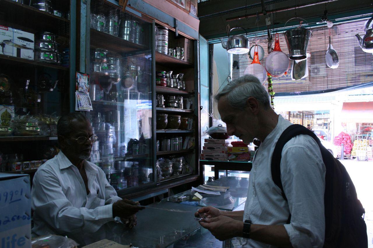 Penang, Little India, cooking supplies shop リトルインディアで調理用具を探す