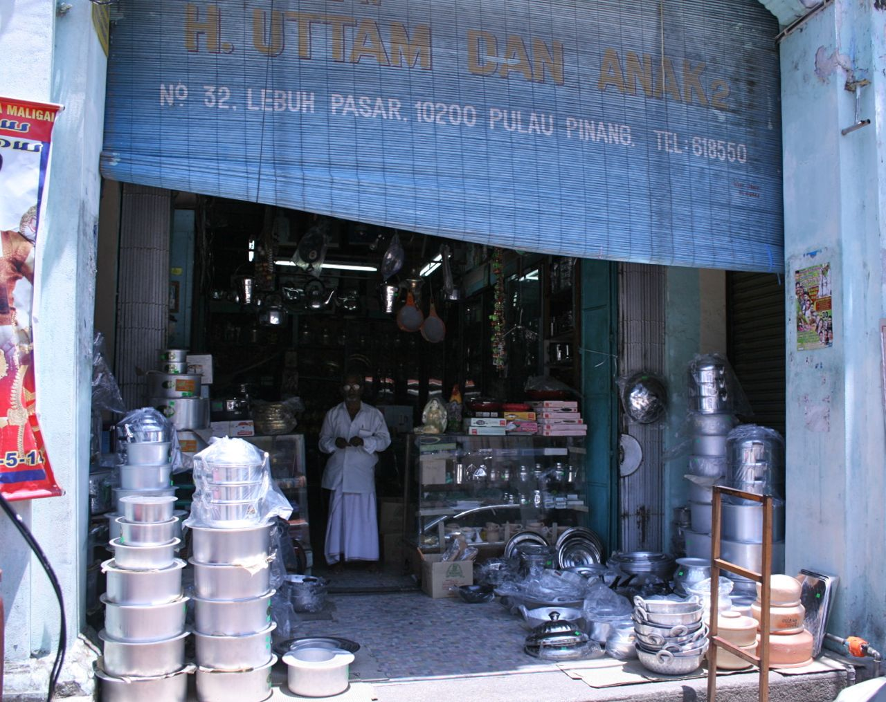 Penang, Little India, cooking supplies shop 見送るおじさん。眼鏡が光っています。