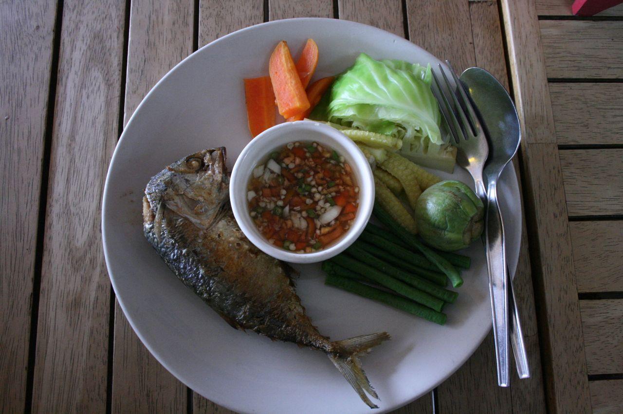 """お昼ご飯。茹で野菜やアジを、ナン・プリックという唐辛子やニンニクの入ったソースにつけて食べます。My lunch, """"Nam phrik""""."""