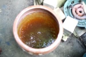 左の草木灰からとって濾した灰汁。