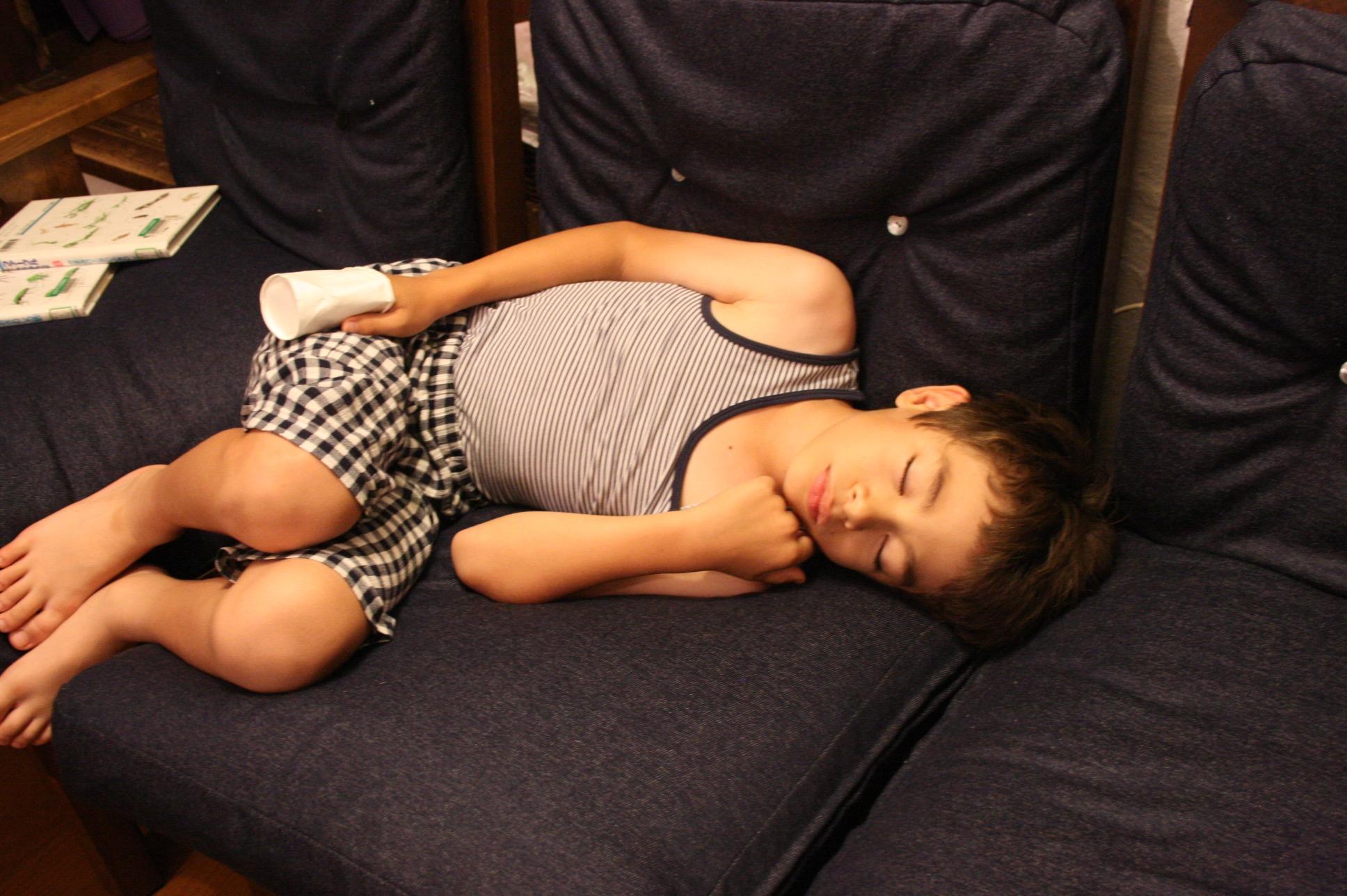 カップを手にはめたまま、疲れて寝ている人(息子です)