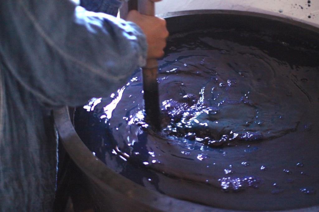藍染め 琉球藍の攪拌。毎日朝夕、欠かさず行います。
