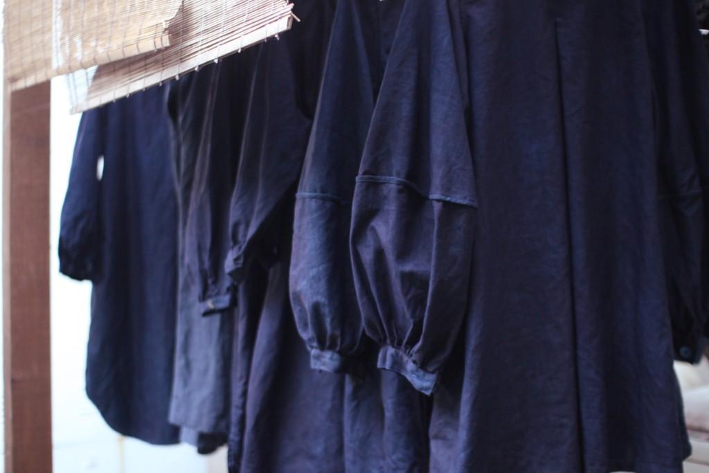 手前がランタンスリーブのコート 琉球藍で染め重ね中です