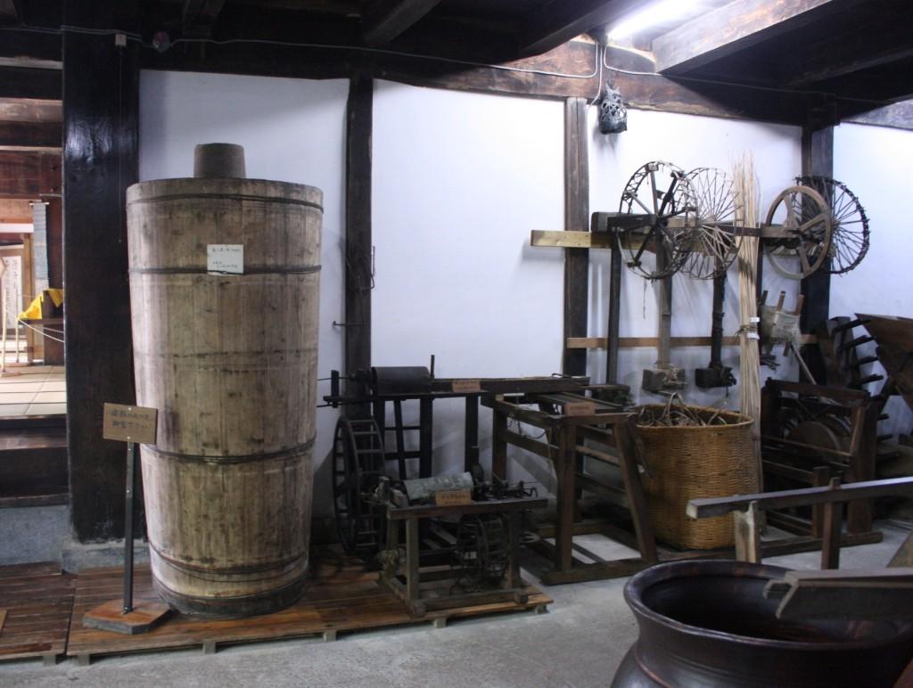 民族資料館にて 麻を煮た桶や織るための道具が展示