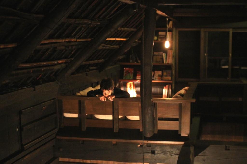 二階のコーナーから下を見る
