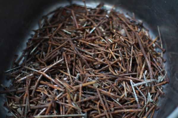 鉄媒染液はこのサビ釘と酢で作ります。