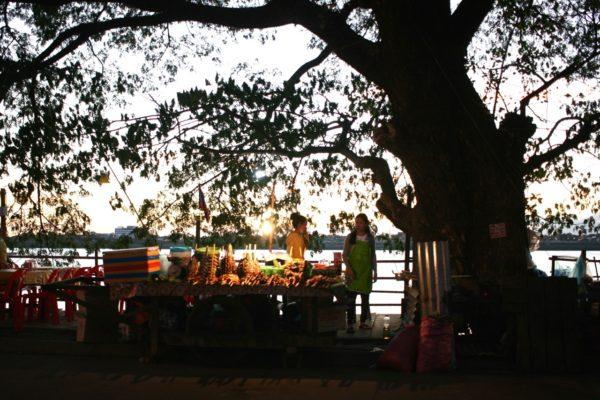 メコン川のほとり 夕方になると屋台がでます Thakhek, Laos