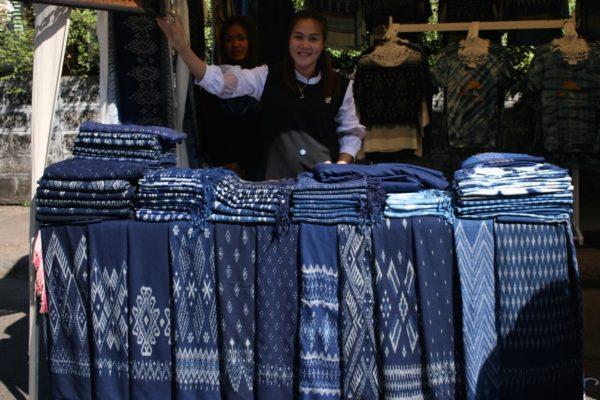 藍染め市にて。マッドミー(絣のスカート)を専門に売っていた女性。