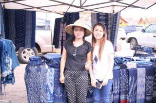 村の人が織った藍染めのパーシンを売っていた女性たち。