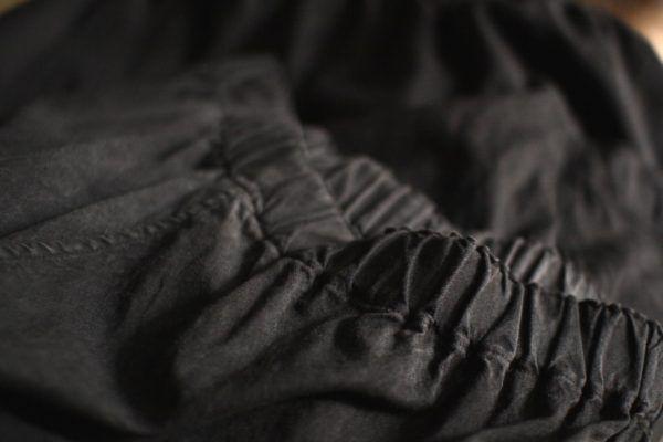 墨染めのウールシルクパンツ。3度洗いをかけたら、あたりがでていい感じになりました。