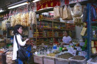 きょうこさんは工芸茶を購入。吊るしてあるのは魚の浮き袋や湯葉です。Yaowarat, Bangkok