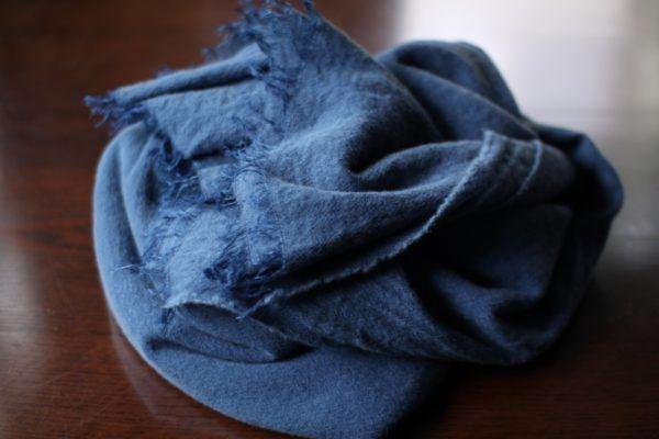 藍で染めたウールリネンのストール