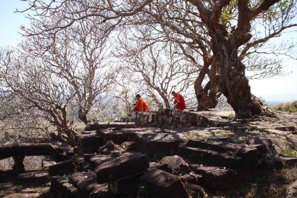 休憩中(?)のお坊さんたち Wat Phou, Champasak, Laos