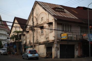 こんな建物も少しですが残っています。壁に「1924」と記されていました。