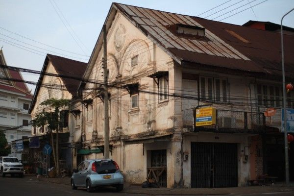 Colonial building in pakse こんな建物も少しですが残っています。壁に「1924」と記されていました。
