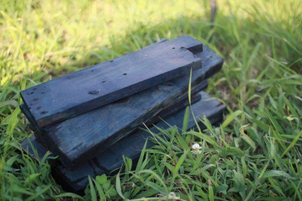 発酵時に重しにしていた木片。青く染まっていました。