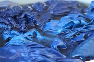 藍染めしたリネンの服を水につけて灰汁抜きします アクヌキ