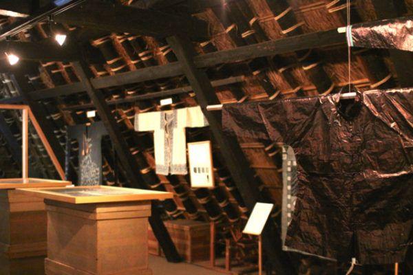 二階の展示室 右手前は貴州のピカピカ藍染布