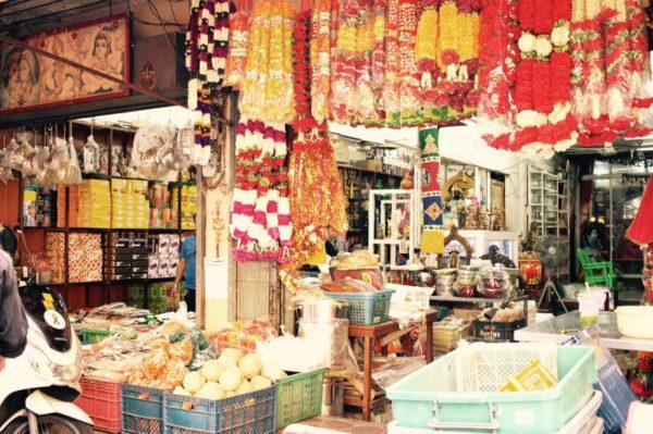 隣にシーク寺院があるためか、こちらは宗教関係物品を扱っています。お香もいろいろ。Little India in Bangkok