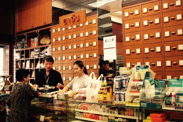 染め材料を買っている漢方薬局 Chinese medical herb store from which I buy dye material in Bangkok