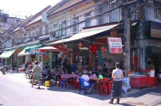 夜になると、夕食を食べに来る観光客でいっぱいの通り。昼間はのんびりです。Yaowarat, Bangkok