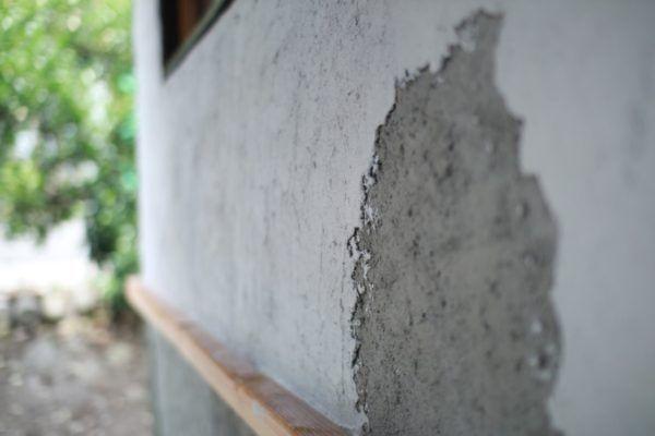 グレーのところがモルタルを塗ったところ、その上から塗ってあるのが漆喰です。