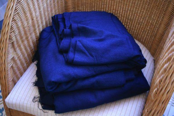 細いダイヤ模様に柄が浮き出た藍染め布。手織り。二巻き手に入れました。