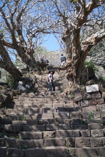 この階段を登って丘へ Wat Phou, Champasak, Laos