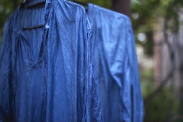 コットンシルクのカディブラウス、泥藍で3回ほど染めたもの。