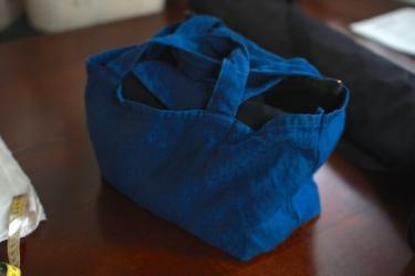 リネン帆布のバッグ。もちろん発酵建ての藍染です。