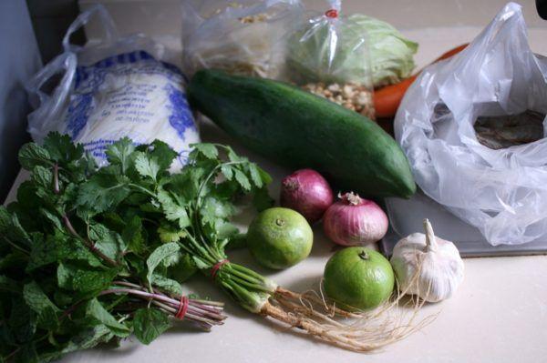 今朝の買い物。米の麺、パクチー、ミント、大きなライムなど。