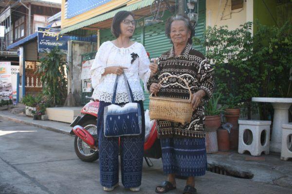 私の持っていた籠を見て「いくらだった?」と尋ねてきたおばあちゃん。自分の自慢の籠をだしてきて「私のはここんとこが細いんだよ」と。二人ともマッドミーで作った巻きスカートやパンツを着用しています。