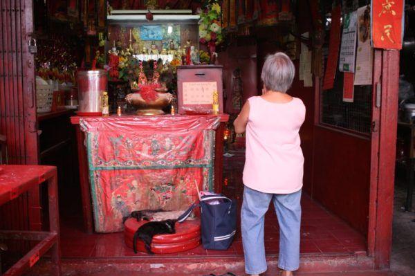 リトルインディアにある、(なぜか)中国寺。足元に猫3匹。Little India, Bangkok
