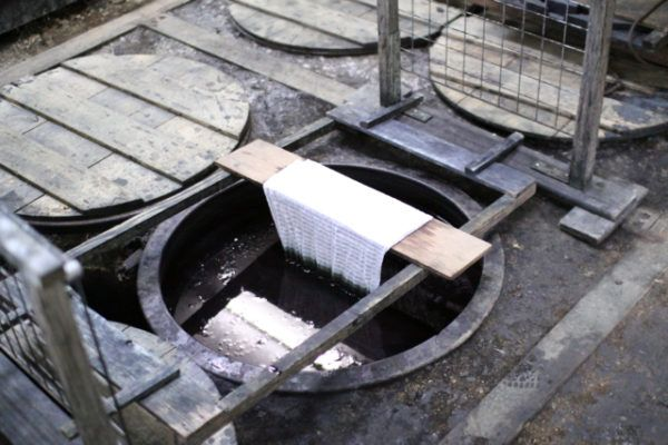 新道さんの工房にて 藍甕は全部で12基 ご自分で掘って埋めたそうです