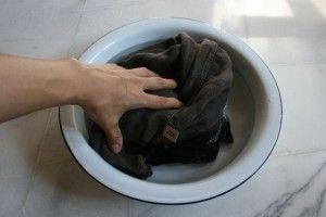 草木染め 洗濯液にひたします