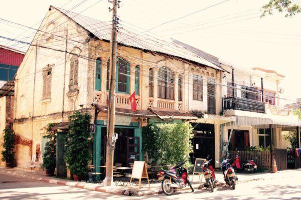 建物を上手くつかっていて、とてもいい雰囲気のカフェ。夫撮影。Savannakhet, Laos