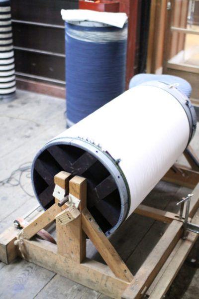 こちらは嵐絞りを縦に模様がつくように絞っているところ。新道さんがお作りになった装置。