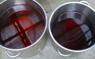 お湯を沸かして灰汁を取ること数回。右が2番出し(?)で左が3番出し。