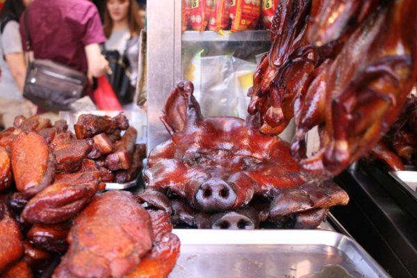 豚のお面はどうやって食べるのでしょう?夫はここで鴨のロースト(左)を買っていました。Yaowarat, Bangkok
