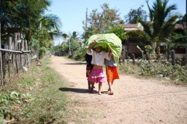 日よけ(?)を被りながら歩いていた村の子供たち
