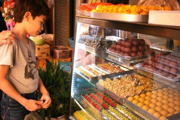 鮮やかなお菓子の色に見とれている人。ここのレストランでいつも食べます。Little India in Bangkok