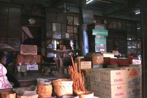 こちらもチャイナタウンの薬局。飛び出ているシナモンが気になります。Yaowarat, Bangkok